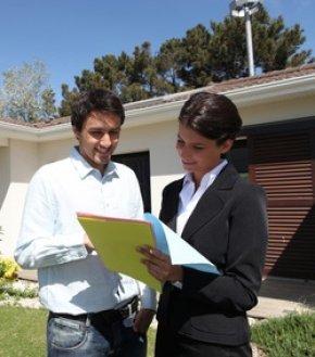 Makler mit Hausverkauf beauftragen